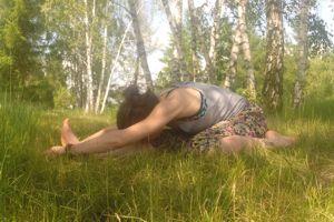 Tryang mukha eka pada paśchimottanasana – intensywne rozciąganie tyłu ciała na potrójnej podstawie